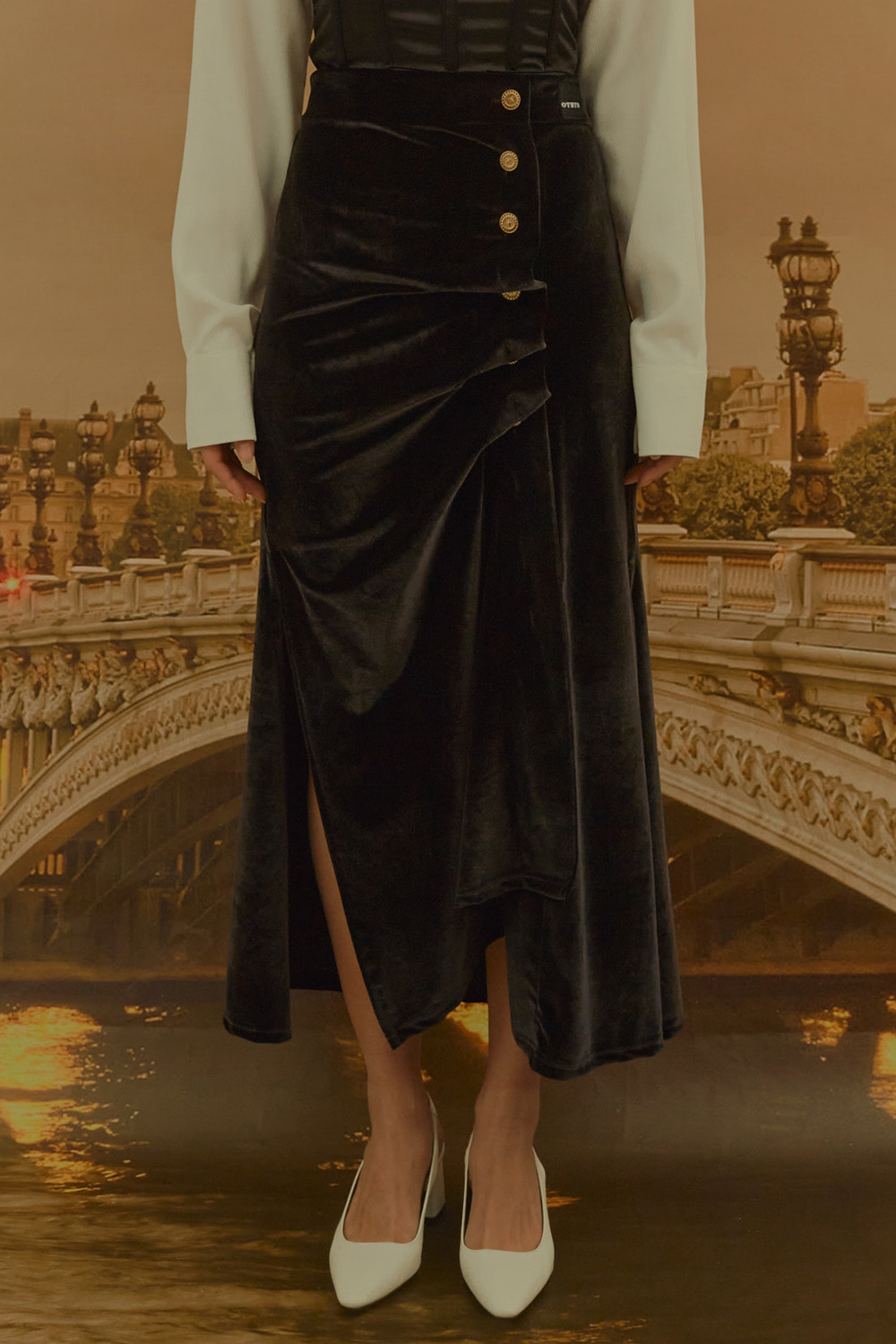 Gold Button Velvet Draping Skirt [Black]
